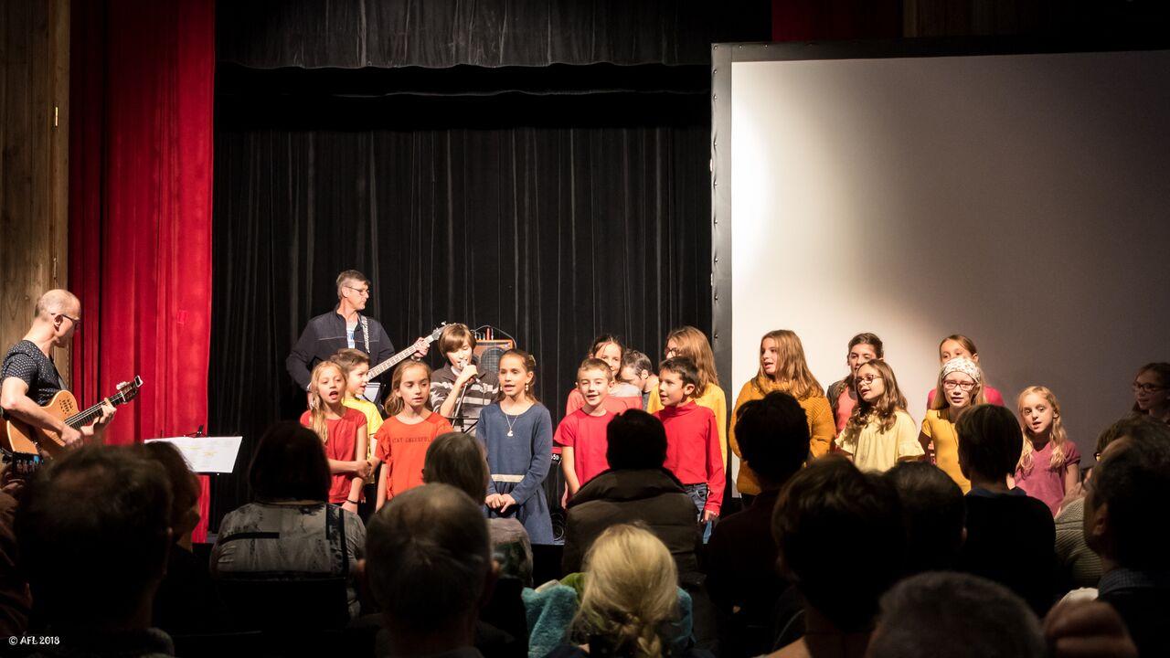 Les enfants chantent pour l'école